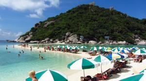 Plaz plna turistov